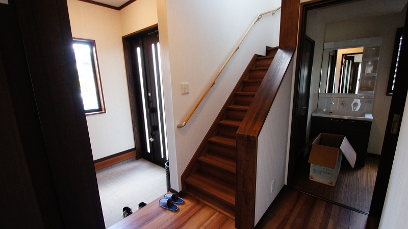 白とダークブラウンを基調とした和風モダン住宅完成。